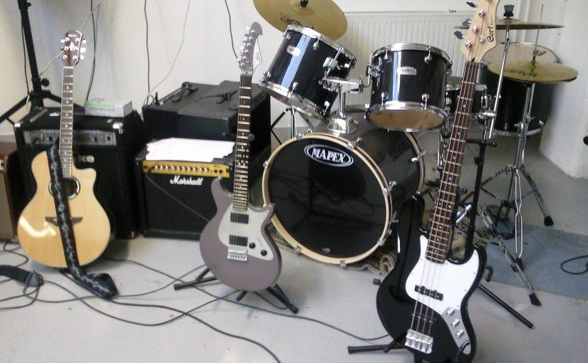 Guitare (électrique ou acoustique) et batterie